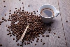 άσπρο φλυτζάνι καφέ στο ξύλινο υπόβαθρο Στοκ Φωτογραφίες