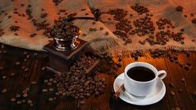 Άσπρο φλυτζάνι με το μαύρο καφέ στον ξύλινο πίνακα στούντιο απόθεμα βίντεο