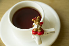 Άσπρο φλυτζάνι με το τσάι ή καφές για αγαπημένος Στοκ Εικόνες