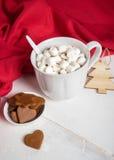 Άσπρο φλυτζάνι του καυτού κακάου με marshmallows Στοκ εικόνα με δικαίωμα ελεύθερης χρήσης