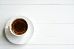 Άσπρο φλυτζάνι του μαύρου καφέ στο άσπρο χρωματισμένο υπόβαθρο, διάστημα αντιγράφων για το κείμενό σας Στοκ φωτογραφία με δικαίωμα ελεύθερης χρήσης