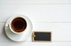 Άσπρο φλυτζάνι του μαύρου καφέ στο άσπρο χρωματισμένο υπόβαθρο, διάστημα αντιγράφων για το κείμενό σας Στοκ Εικόνες
