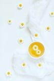 Άσπρο φλυτζάνι του φυσικού ξηρού chamomile τσαγιού με Στοκ εικόνες με δικαίωμα ελεύθερης χρήσης