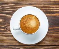 Άσπρο φλυτζάνι του espresso σε ένα ξύλινο υπόβαθρο Στοκ φωτογραφίες με δικαίωμα ελεύθερης χρήσης