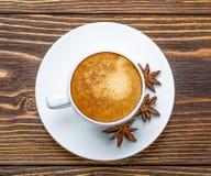 Άσπρο φλυτζάνι του espresso σε ένα ξύλινο υπόβαθρο Στοκ Φωτογραφίες