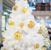 Άσπρο χριστουγεννιάτικο δέντρο με τα χρυσά μπιχλιμπίδια Στοκ Φωτογραφίες