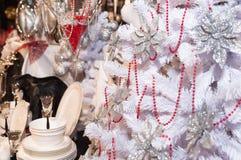 Άσπρο χριστουγεννιάτικο δέντρο με τα δώρα και το σκεύος για την κουζίνα Στοκ Εικόνες
