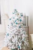 Άσπρο χριστουγεννιάτικο δέντρο στοκ εικόνα με δικαίωμα ελεύθερης χρήσης