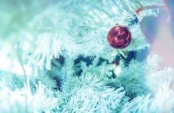 Άσπρο χριστουγεννιάτικο δέντρο με τις διακοσμήσεις και τα φω'τα στοκ εικόνα