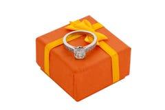 Άσπρο χρυσό δαχτυλίδι διαμαντιών με το κιβώτιο δώρων Στοκ εικόνα με δικαίωμα ελεύθερης χρήσης