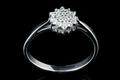 Άσπρο χρυσό δαχτυλίδι με τα διαμάντια που πυροβολούνται στο Μαύρο Στοκ φωτογραφία με δικαίωμα ελεύθερης χρήσης