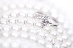 Άσπρο χρυσό δαχτυλίδι με τα διαμάντια Στοκ Εικόνες