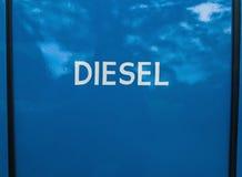 Άσπρο χρωματισμένο σημάδι diesel στο μπλε υπόβαθρο Στοκ εικόνες με δικαίωμα ελεύθερης χρήσης