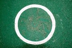 Άσπρο χρώμα χρώματος κύκλων στο πράσινο υπόβαθρο πατωμάτων Στοκ εικόνες με δικαίωμα ελεύθερης χρήσης