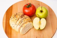 Άσπρο ψωμί με τα φασόλια, ντομάτα, Apple σε έναν ξύλινο δίσκο Στοκ φωτογραφία με δικαίωμα ελεύθερης χρήσης