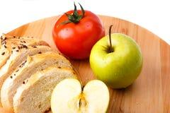 Άσπρο ψωμί με τα φασόλια, ντομάτα, Apple σε έναν ξύλινο δίσκο Στοκ εικόνα με δικαίωμα ελεύθερης χρήσης