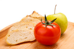 Άσπρο ψωμί με τα φασόλια, ντομάτα, Apple σε έναν ξύλινο δίσκο Στοκ Εικόνες