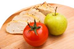 Άσπρο ψωμί με τα φασόλια, ντομάτα, Apple σε έναν ξύλινο δίσκο Στοκ εικόνες με δικαίωμα ελεύθερης χρήσης