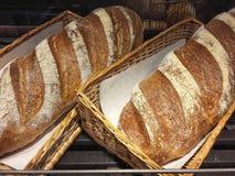 Άσπρο ψωμί στο καλάθι για την πώληση στοκ εικόνες
