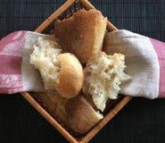 Άσπρο ψωμί στο μαύρο σχέδιο Στοκ φωτογραφίες με δικαίωμα ελεύθερης χρήσης