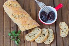 Άσπρο ψωμί τους σπόρους σουσαμιού και ηλίανθων που τεμαχίζονται με Στοκ Φωτογραφία