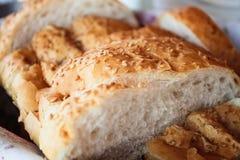 Άσπρο ψωμί το σουσάμι που τεμαχίζεται με Στοκ Φωτογραφίες