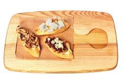 Άσπρο ψωμί φρυγανιάς στο ξύλινο πιάτο με το τυρί φέτα, τις ελιές και τα μανιτάρια Τοπ όψη Απομονωμένος στο λευκό στοκ εικόνα με δικαίωμα ελεύθερης χρήσης