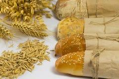 Άσπρο ψωμί overwrap στο έγγραφο αποδόσεις βρωμών σιταριών συγκομιδών γεωργίας Στοκ φωτογραφία με δικαίωμα ελεύθερης χρήσης