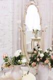 Άσπρο δωμάτιο με τον καθρέφτη και την εκλεκτής ποιότητας καρέκλα στοκ φωτογραφία