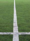 Άσπρο λωρίδα στο πράσινο γήπεδο ποδοσφαίρου από τη τοπ άποψη Στοκ Φωτογραφίες