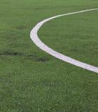 Άσπρο λωρίδα στο πράσινο γήπεδο ποδοσφαίρου από τη τοπ άποψη Στοκ Εικόνες