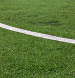 Άσπρο λωρίδα στο πράσινο γήπεδο ποδοσφαίρου από τη τοπ άποψη Στοκ εικόνες με δικαίωμα ελεύθερης χρήσης