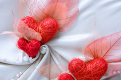Άσπρο ύφασμα σατέν με τις κόκκινες καρδιές Στοκ Εικόνα