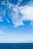 Cirrus σύννεφα ενάντια σε έναν μπλε ουρανό στοκ εικόνα