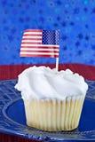 Άσπρο cupcake με την ΑΜΕΡΙΚΑΝΙΚΗ σημαία Στοκ εικόνα με δικαίωμα ελεύθερης χρήσης