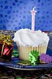 Άσπρο cupcake με το ρόδινο κερί αστεριών Στοκ Φωτογραφίες
