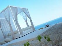 Άσπρο four-poster κρεβάτι που στέκεται υπαίθρια με seascape την άποψη Διανυσματική απεικόνιση