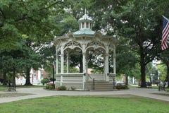 Άσπρο gazebo σε ένα πάρκο στοκ εικόνες