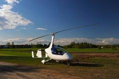 Άσπρο gyroplane που σταθμεύουν στο ιδιωτικό αεροδρόμιο στοκ φωτογραφία με δικαίωμα ελεύθερης χρήσης