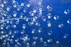 Άσπρο handprint στον μπλε τοίχο Στοκ φωτογραφίες με δικαίωμα ελεύθερης χρήσης