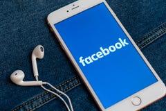 Άσπρο iPhone με το λογότυπο των κοινωνικών μέσων Facebook στην οθόνη r στοκ εικόνα
