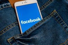 Άσπρο iPhone με το λογότυπο των κοινωνικών μέσων Facebook στην οθόνη r στοκ φωτογραφίες