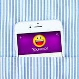 Άσπρο iPhone 6 που επιδεικνύει την εφαρμογή του Yahoo Στοκ Φωτογραφία