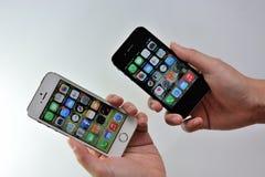 Άσπρο iPhone της Apple 5S & μαύρο iPhone της Apple 4S Στοκ εικόνα με δικαίωμα ελεύθερης χρήσης