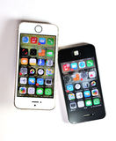 Άσπρο iPhone της Apple 5S & μαύρο iPhone της Apple 4S Στοκ φωτογραφία με δικαίωμα ελεύθερης χρήσης