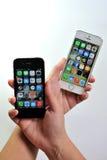 Άσπρο iPhone της Apple 5S & μαύρο iPhone της Apple 4S Στοκ Φωτογραφία