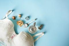 Άσπρο lingerie δαντελλών τοπ άποψης Το σύνολο ρολογιού, αρώματος, δαχτυλιδιού, τριαντάφυλλων και εσώρουχου γυναικών ουσιαστικού β στοκ φωτογραφίες με δικαίωμα ελεύθερης χρήσης