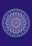 Άσπρο mandala με το σύμβολο aum σε ένα μπλε υπόβαθρο πνευματικό σύμβολο καλλιτεχνική ανασκόπηση να είστε μπορεί σχεδιαστής κάθε e Στοκ Φωτογραφίες