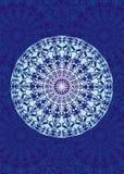 Άσπρο mandala σε ένα μπλε υπόβαθρο πνευματικό σύμβολο καλλιτεχνική ανασκόπηση ελεύθερη απεικόνιση δικαιώματος