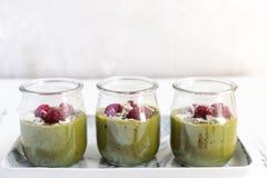 Άσπρο mousse κρέμας σοκολάτας με το matcha, αβοκάντο, φυστίκι, φρέσκα σμέουρα - υγιές vegan γαλακτοκομείο ελεύθερο, γλουτένη ελεύ στοκ φωτογραφία με δικαίωμα ελεύθερης χρήσης